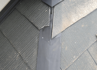 瓦屋根の割れ、屋根の棟板金などの剥がれは赤信号!
